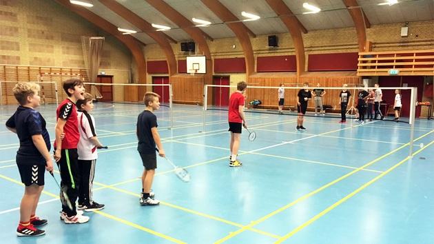 Drenge spiller badminton