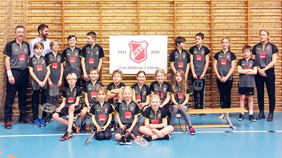 Unge badmintonspillere opstillet i ens t-shirts