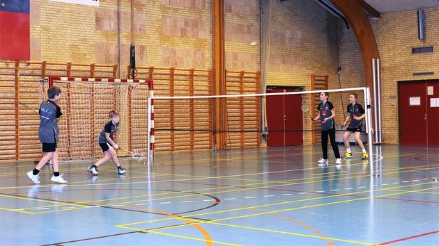 4 drenge spiller badminton