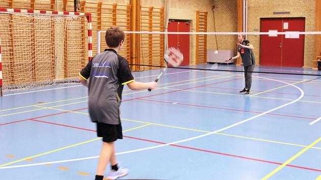 2 drenge spiller badminton