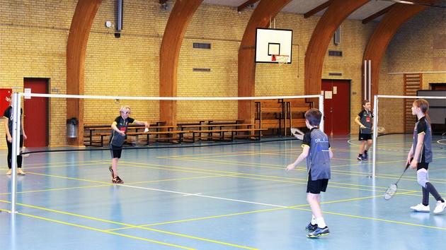 4 unge spiller badminton mix-double