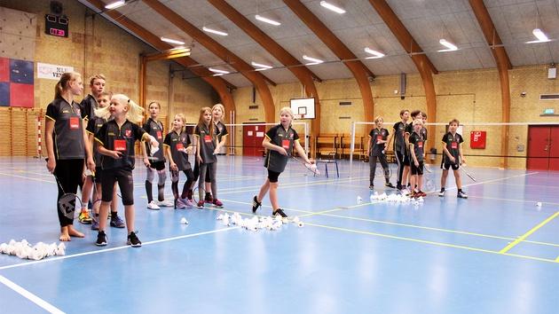Børn træner badminton med fjerbolde