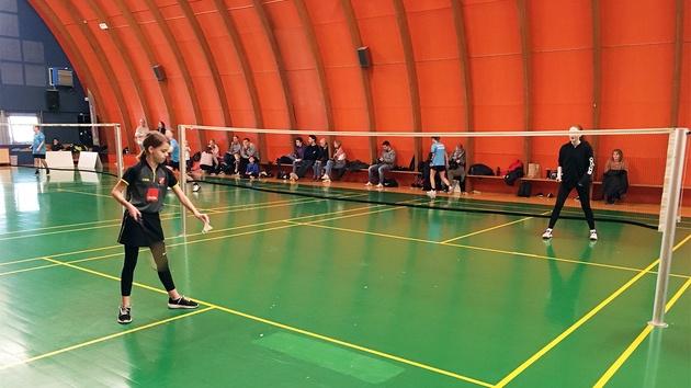 Pige spiller badminton single