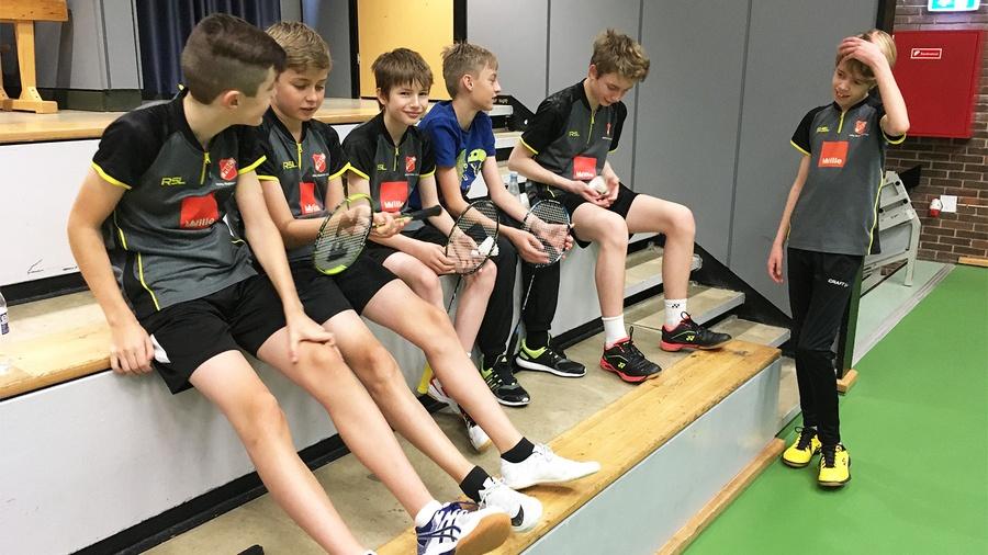 Gruppe af siddende ungdomsspillere