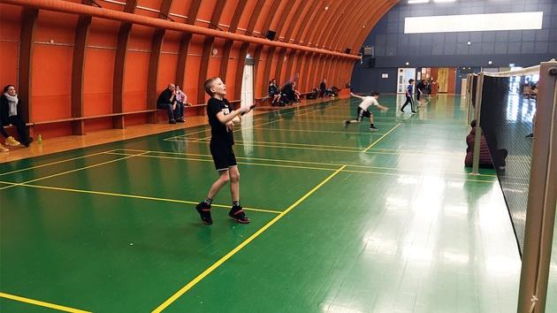 Dreng spiller badminton single
