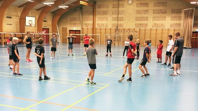 Unge i rundkreds i sportshal