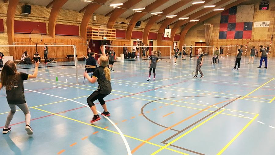 Badminton single kamp med unge spillere