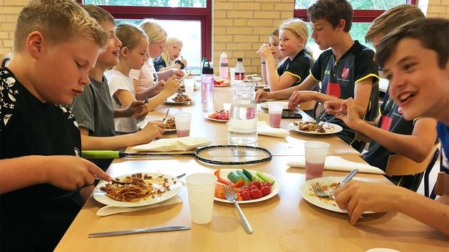 Unge spiser frokost