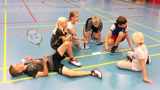Unge badmintonspillere på gulv