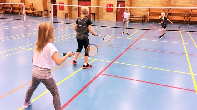 4 piger spiller double i badminton