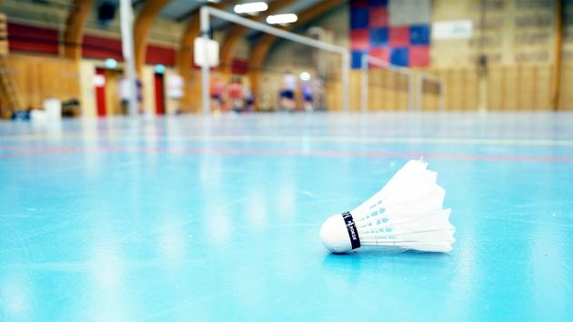 Fjerbold på badmintonbane